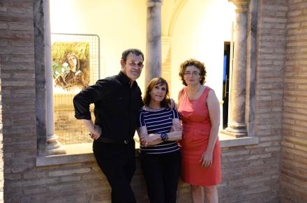 La pintora, Cristina Remacha, con el presidente de la Asociación el Marrán, José Manuel González y la concejal de Cultura, Victoria Calzada